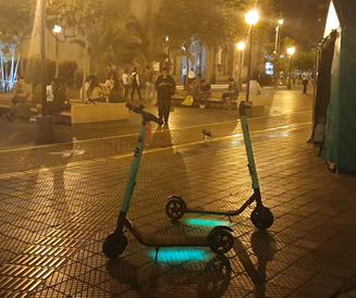 Scooters mal estacionados en Parque Kennedy- Miraflores