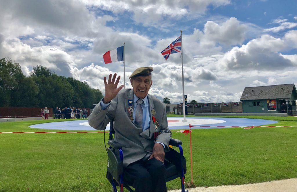 Jorge Sanjinez durante una visita a las Baterías de Merville en Normandía.