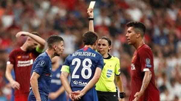 Stephanie Frappart se convirtió en la primera árbitra en dirigir un partido definitorio en el fútbol de Europa. (Foto: REUTERS/JOHN SIBLEY)