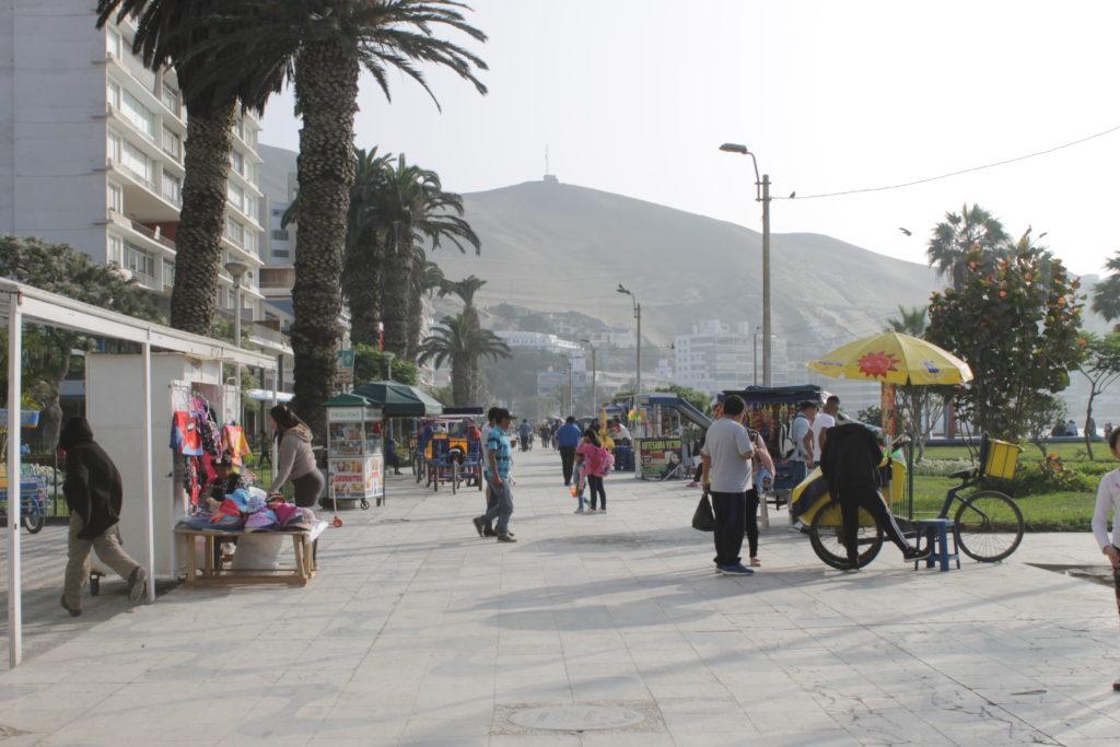 Actualmente en el malecón de Ancón abunda el comercio ambulatorio.
