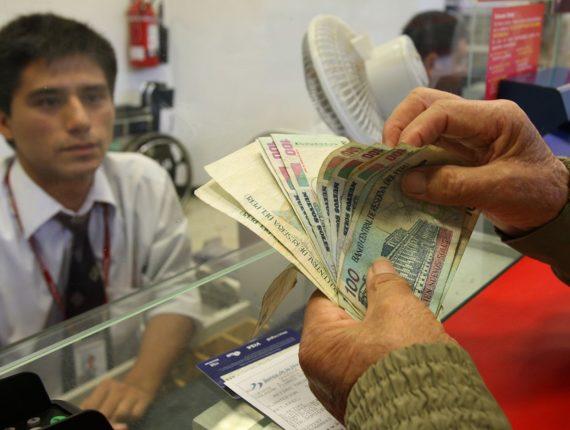 Persona recibiendo su bono dado por el Estado.