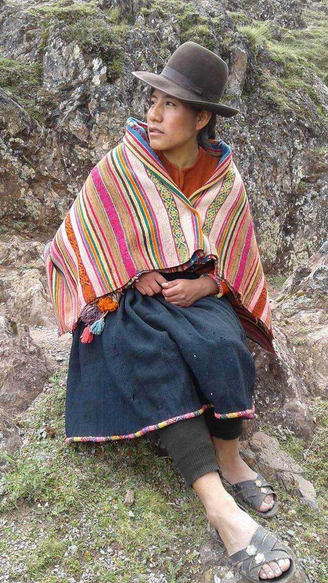 Inés usando un traje típico de mujer andina