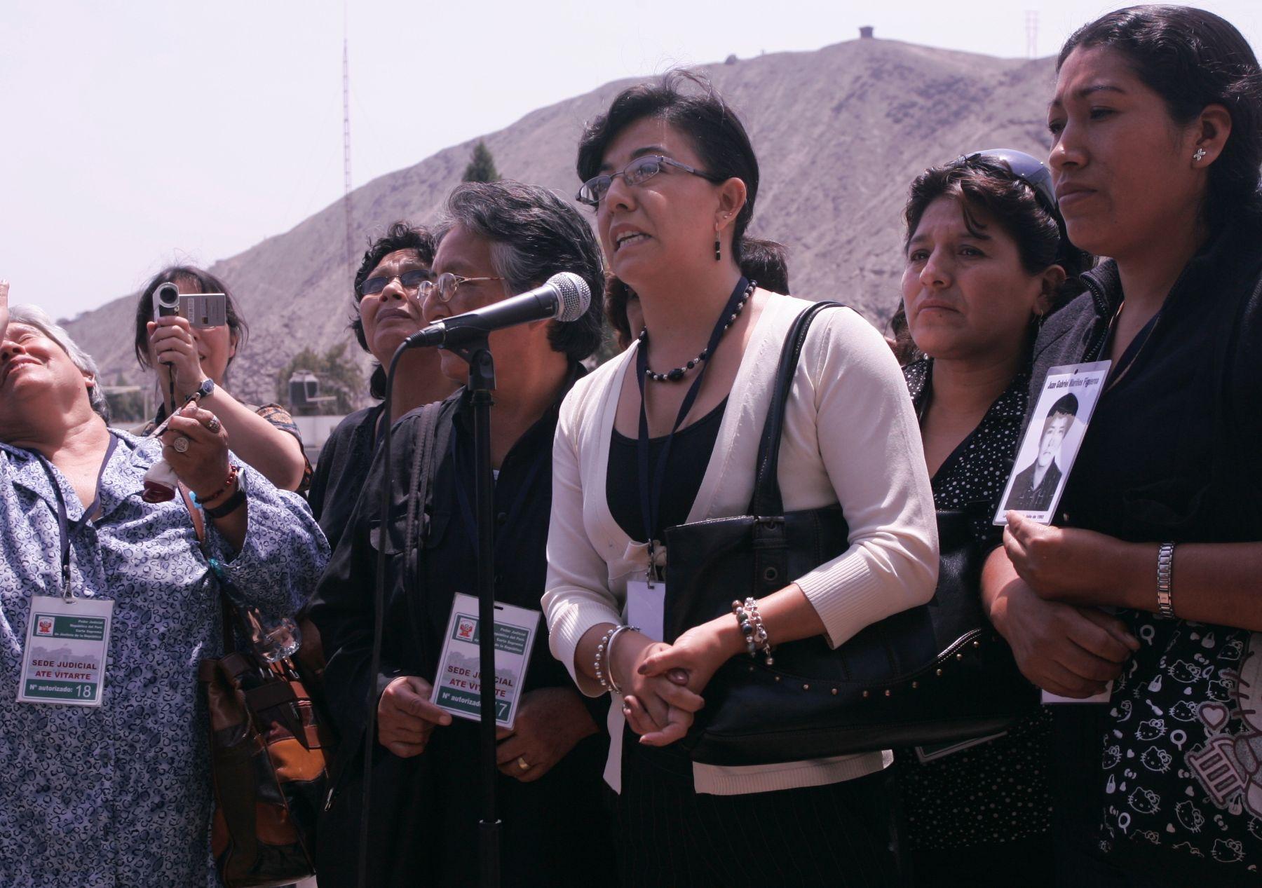 Deudos del caso La Cantuta pronunciandose sobre la sentencia al grupo Colina. (Foto: Agencia Andina).