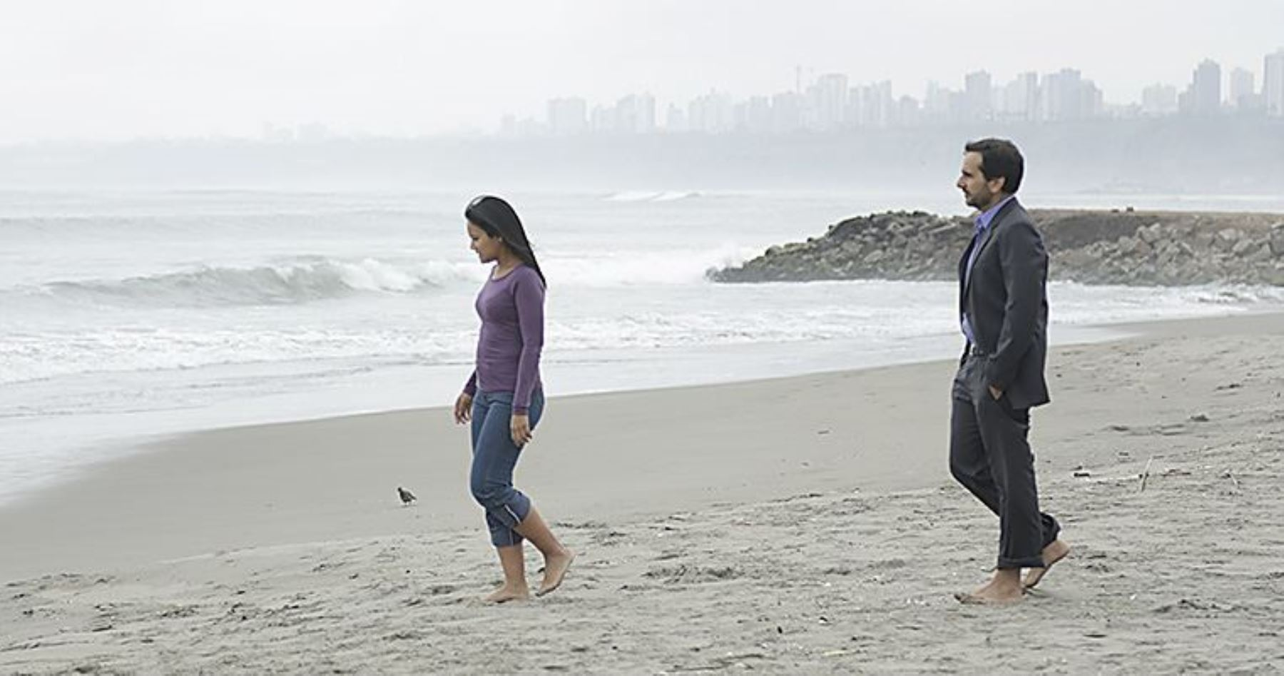 Adrián Ormache y Miriam, protagonistas de 'La hora azul', en una escena de la película.
