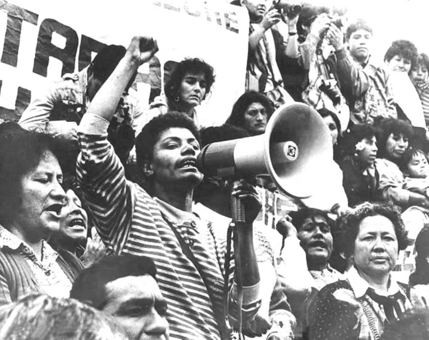 Maria Elena Moyano y las integrantes de la Federación Popular de Mujeres de Villa el Salvador participando en una manifestación.